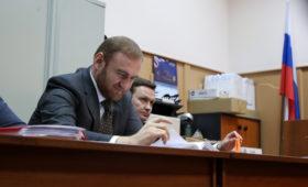 Суд временно отстранил Арашукова от должности сенатора