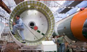«Роскосмос» показал кадры финальной сборки ракеты «Союз-2»