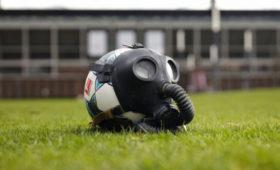 ВВеликобритании умышленно кашляющих насудей футболистов будут удалять