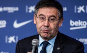 Фанаты «Барселоны» уофиса клуба требуют отставки президента