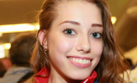 Олимпийская чемпионка гимнастка Бирюкова показала впечатляющую растяжку впостели