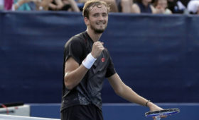 Американского теннисиста наказали занеприличный жест вадрес Медведева