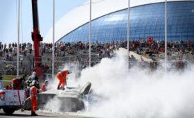 Видео пугающей аварии спожаром, из-закоторой гонку Формулы-2завершили досрочно